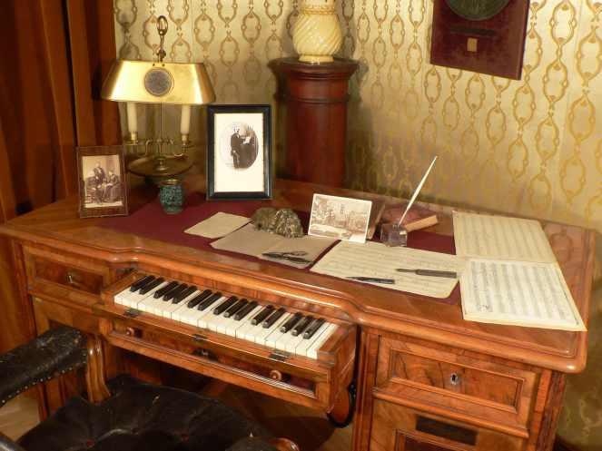 Filharmonia_LisztF_Zongoraverseny_LisztMuzeum_Liszt_halo_dolgozoszobaja_komponalo_iroasztal